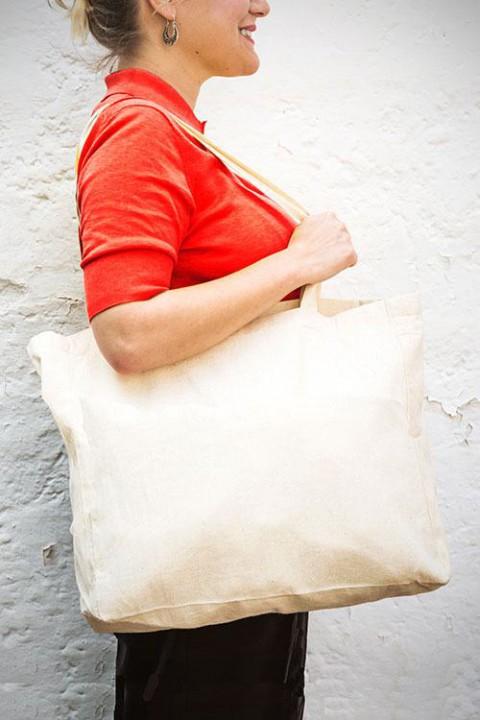 Bolsa de algodón con base de 12cm y asas largas 48x36 cm.